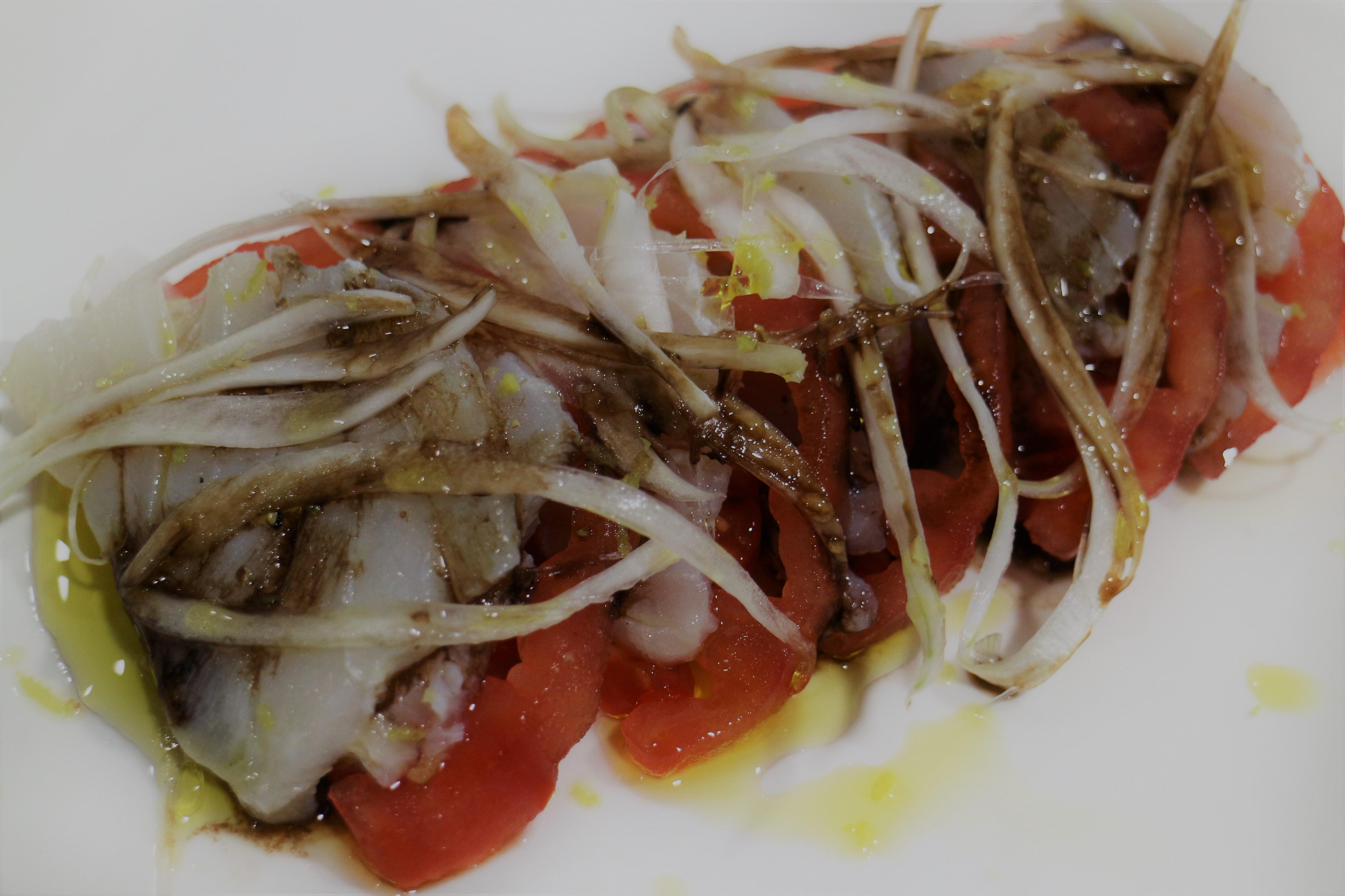 Ensalada de tomate con bacalao